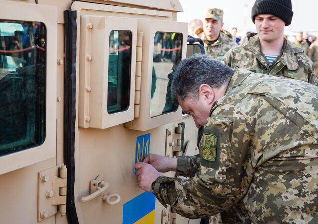 Piotr Porochenko à côté d'un véhicule blindé américain
