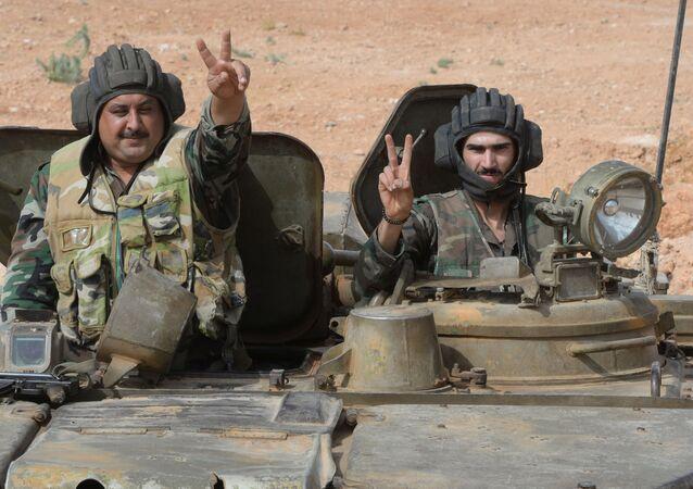Des combattants de l'armée arabe syrienne près de la ville de Qatana