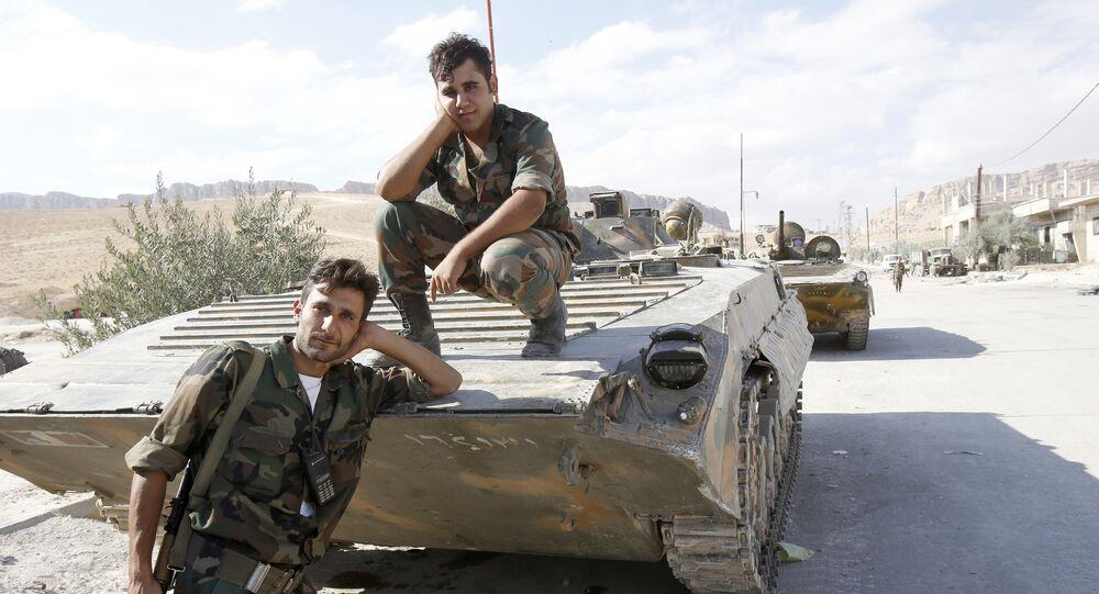 Soldats d`armée syrienne posent sur un char de fabrication russe