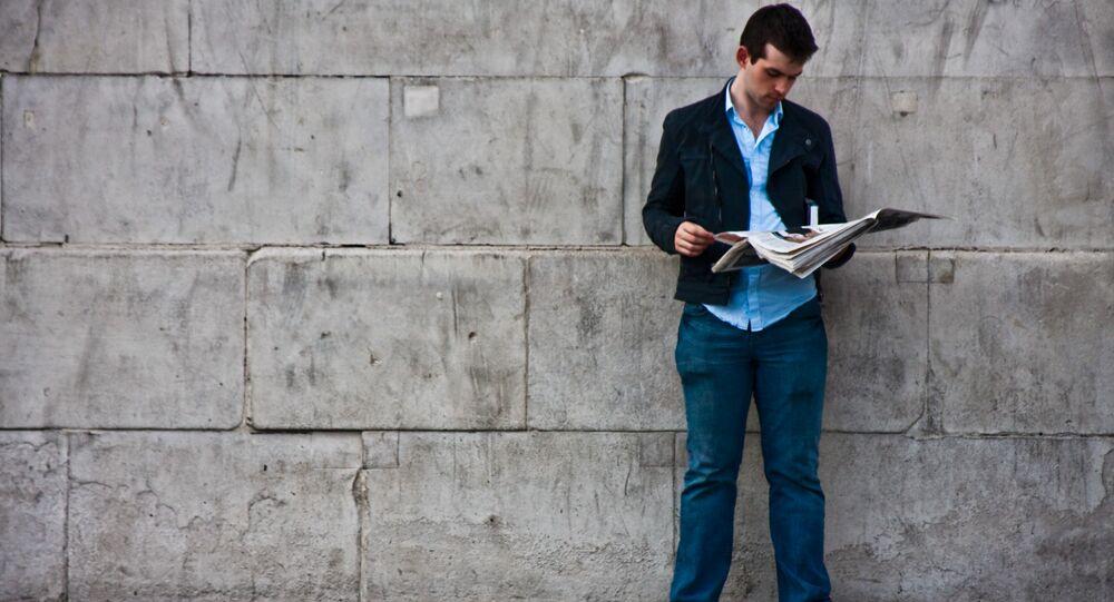 Un homme lisant un journal