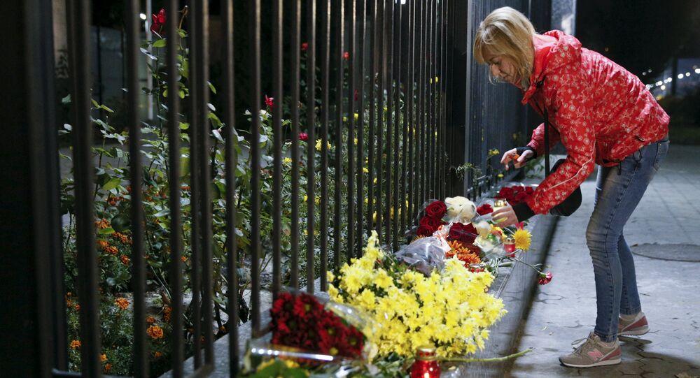 Une femme près de l'ambassade russe en Ukraine. octobre 2015
