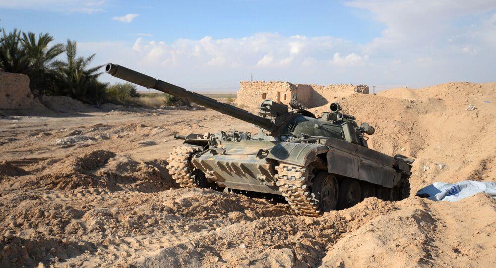 Un char T-72 de l'armée gouvernementale syrienne sur la route Homs-Palmyre