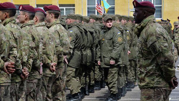Soldats ukrainiens et américains sur le polygone Iavorov - Sputnik France