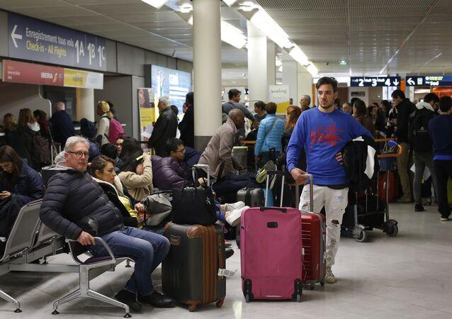 les passagers dans l'aéroport d'Orly