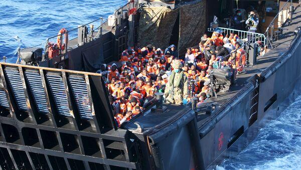 Un navire transportant des migrants en Italie - Sputnik France