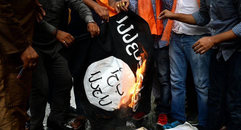 Des militants brûlent un drapeau du groupe djihadiste Etat islamique