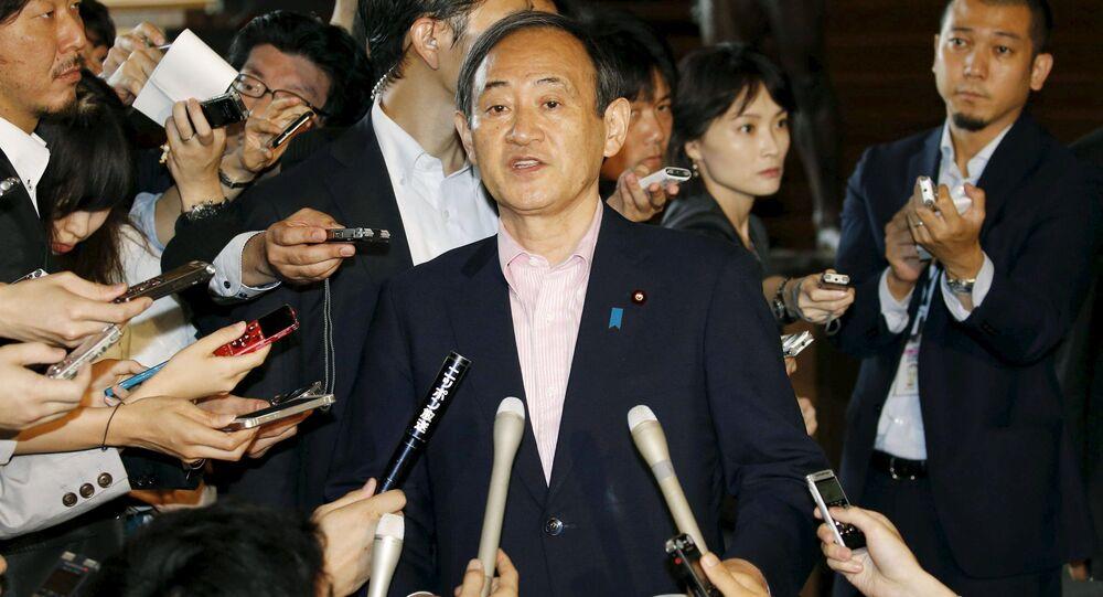 Le porte-parole du gouvernement japonais  Yoshihide Suga lors d'une conférence de presse à Kyodo, le 29 mai 2015