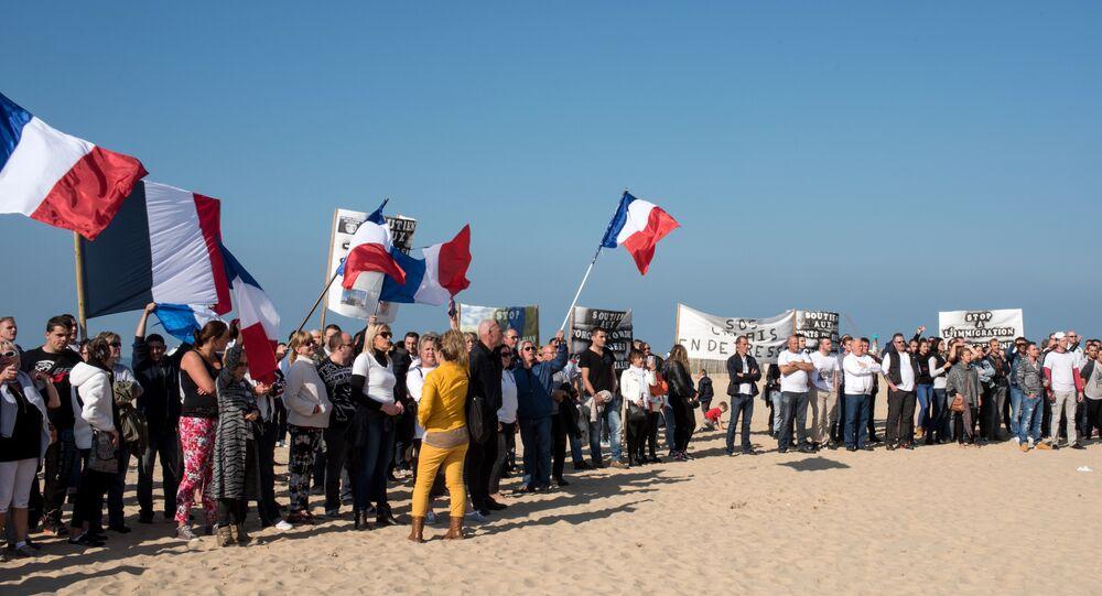 manifestants menés par la branche française de Pegida ont marché dans les rues de Calais