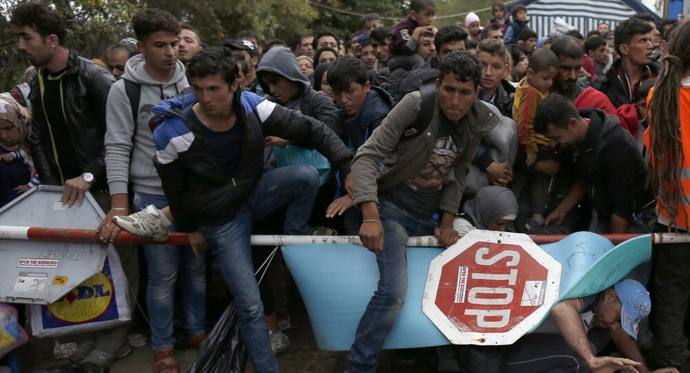 Des migrants passent la frontière entre la Serbie et la Croatie