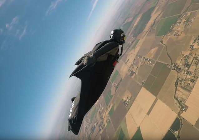Nouveau record du monde du vol en wingsuit