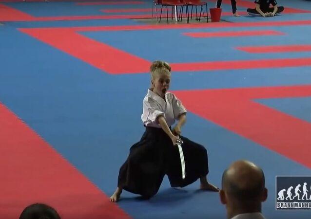 Une petite championne de katana