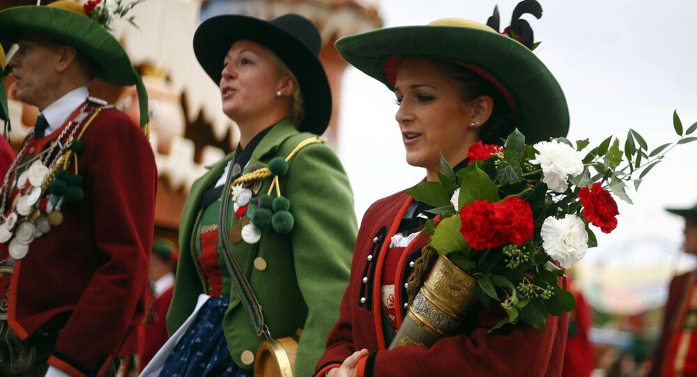 Des gens habillés dans les vêtements bavarois traditionnels