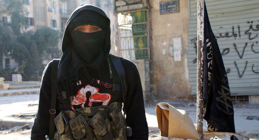 Un membre du Front al-Nosra se tient au milieu d'une rue d'Alep