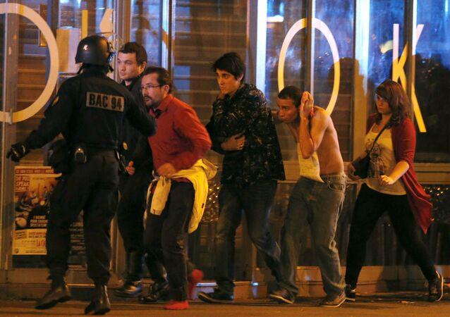 Evacuation des spectateurs blessés du Bataclan, à Paris