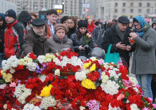 Les Moscovites apportent des fleurs à l'ambassade de France