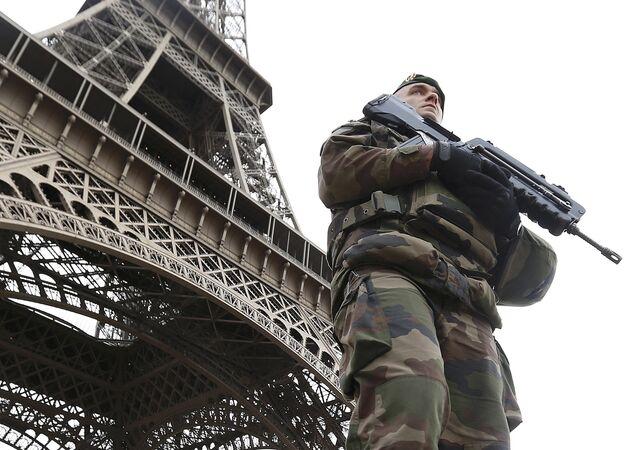 Une patrouille militaire devant la Tour Eiffel