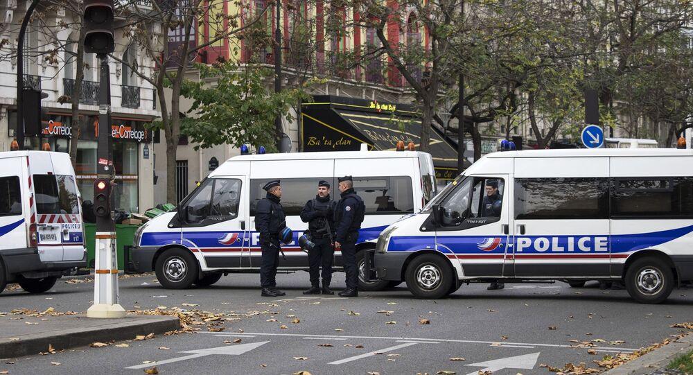 Des voitures de police près de la salle de concert du Bataclan