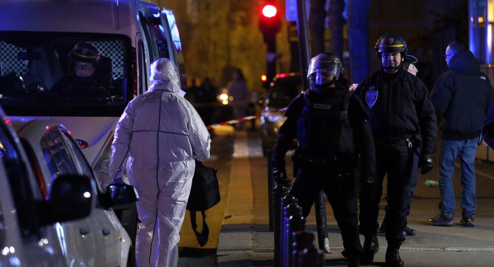 Un enquêteur de police arrive au Stade de France après les explosions du 13 novembre 2015