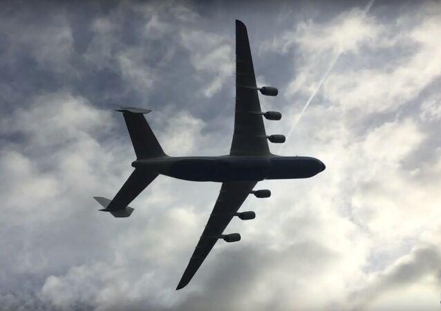 L'avion géant An-225 Mria arrive en Grande-Bretagne