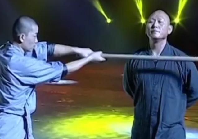 Ce moine Shaolin a un cou à toute épreuve