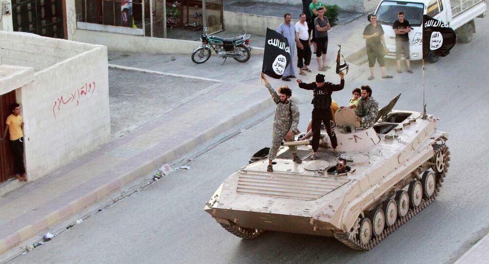Combattants de l'Etat islamique en prenant part à un défilé militaire