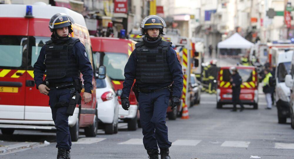 Les policiers dans le nord de Paris, banlieue de centre-ville de Saint-Denis, le 18 Novembre 2015