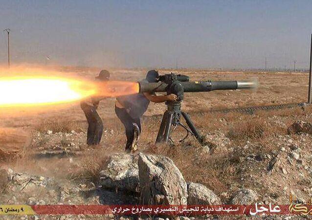 Un combattant de l'EI tire une roquette antichar en Syrie