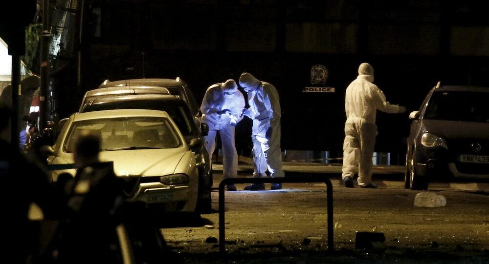 Recherche des preuves sur une rue où une bombe a explosé à Athènes