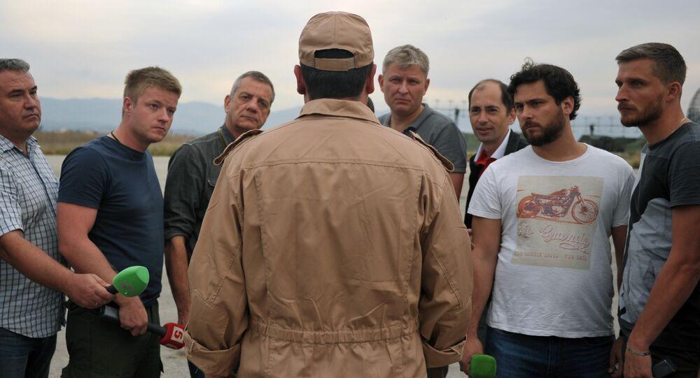Pilote survivant du Su-24 répond aux questions des journalistes sur la base aérienne russe de Hmeimim en Syrie