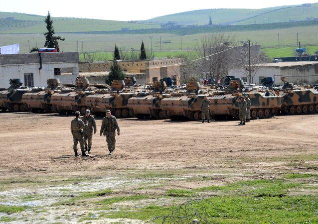 Des blindés turcs près de la frontière syrienne