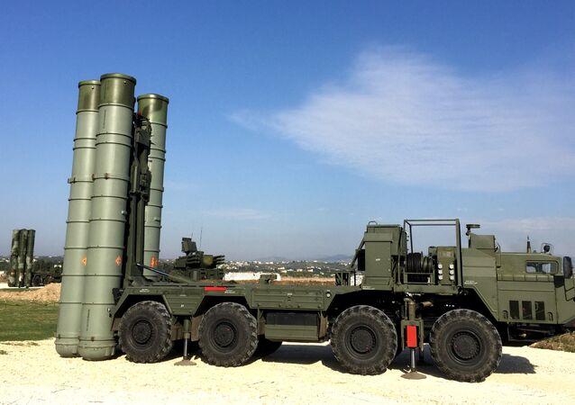 Un système de missiles sol-air S-40O Triumph