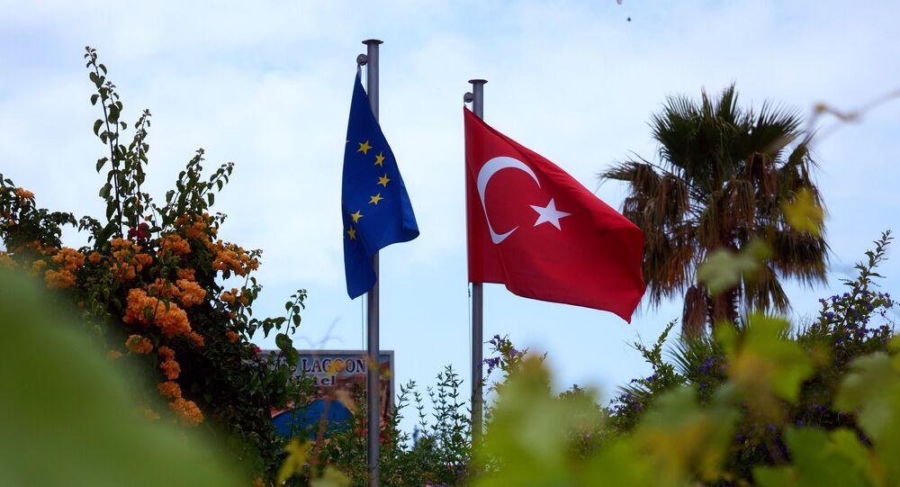Les drapeaux de la Turquie et l'Union européenne