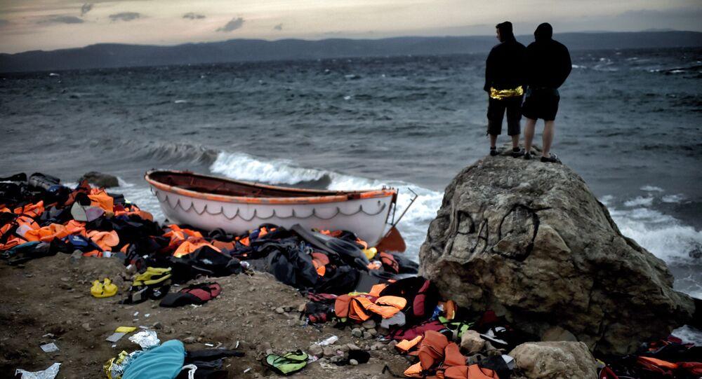 Беженцы на берегу моря на острове Лесбос в Греции