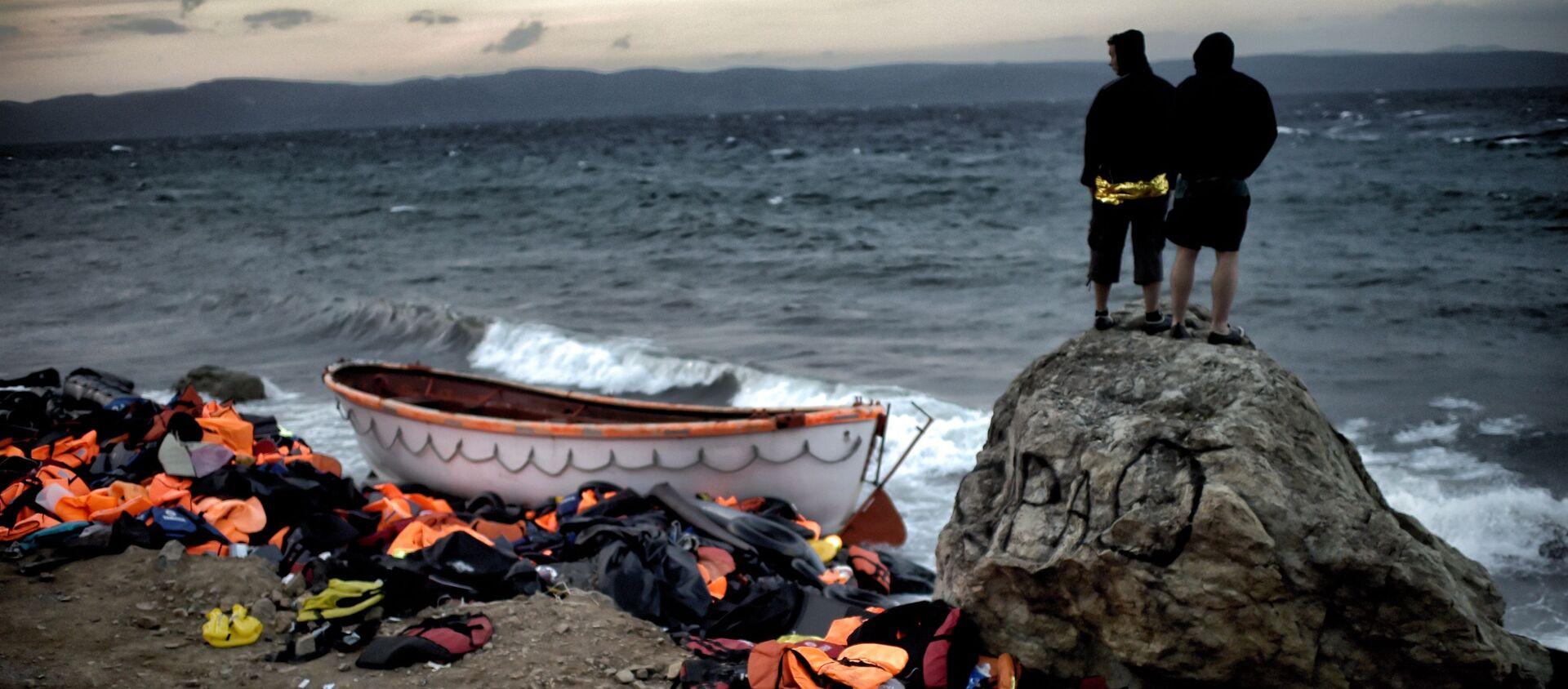 Беженцы на берегу моря на острове Лесбос в Греции - Sputnik France, 1920, 30.10.2020