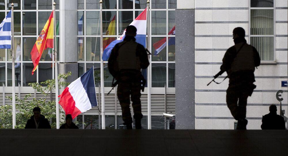 Soldats armés à l'extérieur du Parlement européen, Bruxelles, Belgique, le 17 nov. 2015.