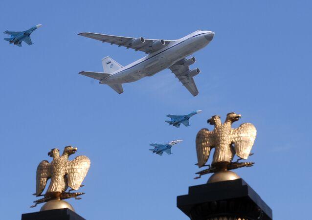 Un avion Il-80 et des chasseurs MiG-29 survolent la place Rouge de Moscou (archive photo)