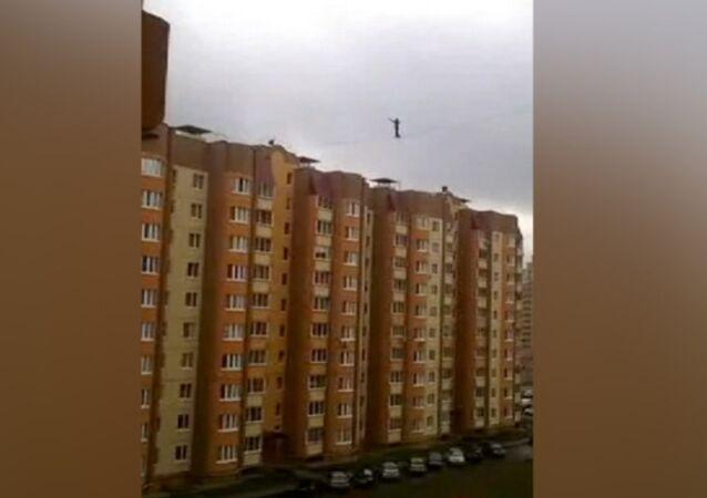 Russie: un funambule traverse la rue entre deux édifices de dix étages