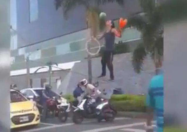 Un jongleur offre un show en pleine rue