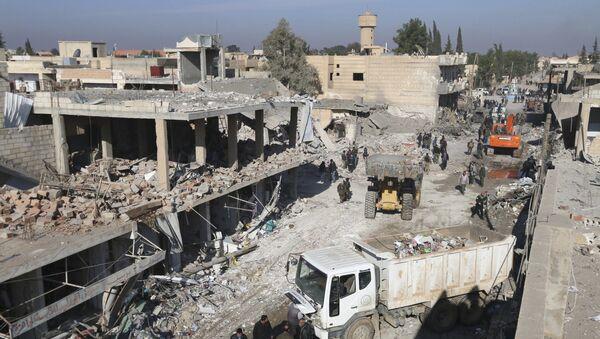 Les résidents inspectent les dommages sur un site touché par l'un des trois camions explosifs dans la ville syrienne de Tel Tamer - Sputnik France