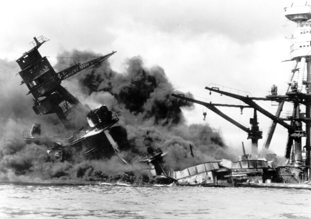 L'USS Arizona attaqué par l'aviation japonaise à Pearl Harbor, le 7 décembre 1941 (archive photo)