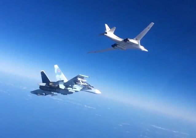 Un T-160 accompagné d'un Su-30