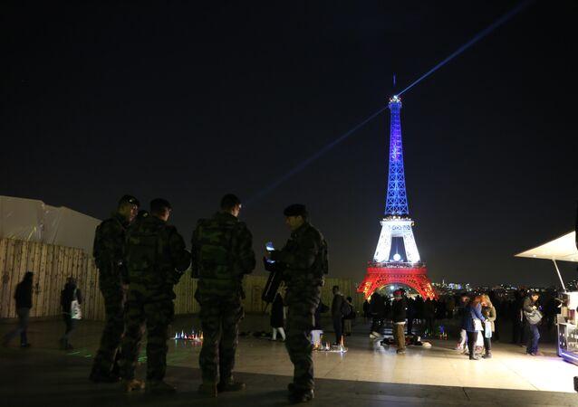 La Tour Eiffel illuminée dans les couleurs du drapeau français