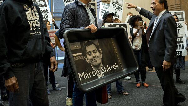 Un manifestant tenant un portrait de Martin Shkreli - Sputnik France