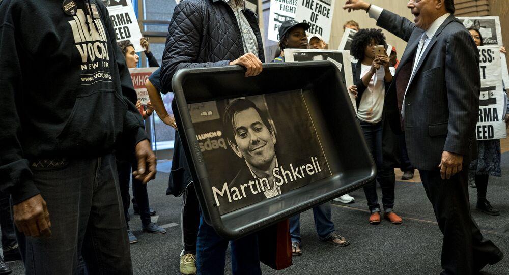 Un manifestant tenant un portrait de Martin Shkreli