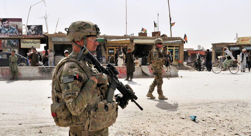 Le 1er sergent de l'armée américaine Micheal P. Donovan, à gauche, et le capitaine de l'armée américaine Matthew B. Fronek, à droite, assurent la sécurité des membres de leur équipe lors de l'évaluation de la nouvelle cour de douane en construction près de la frontière entre l'Afghanistan et le Pakistan dans le district de Spin Boldak dans la province de Kandahar en Afghanistan, le 8 avril 2013. Donovan et Fronek sont affectés au 23e régiment d'infanterie de la 2e division d'infanterie, 4e équipe de combat de la brigade de strikers, Garde nationale de l'armée du Texas.