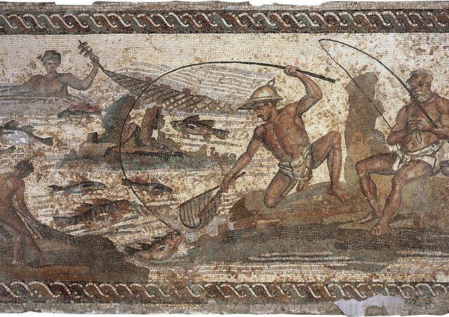 Un pêcheur représenté en mosaïque, période romaine (3ème siècle après J.-C.). Partie de la liste rouge