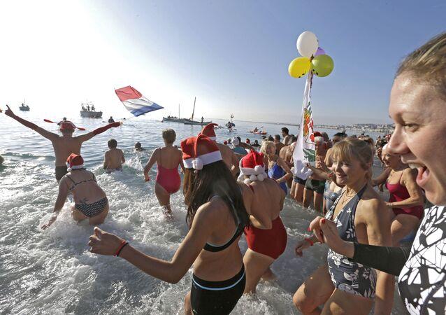 Préparation pour Noël: la parade des Pères Noël et la baignage des fêtes