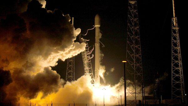 Falcon 9 met en orbite 11 satellites et revient sur Terre - Sputnik France