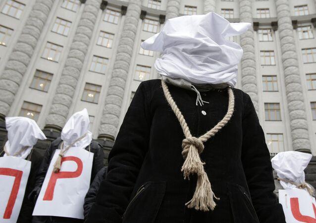 Participants de protestations devant le bâtiment de gouvernement ukrainien à Kiev, 23 déc. 2015