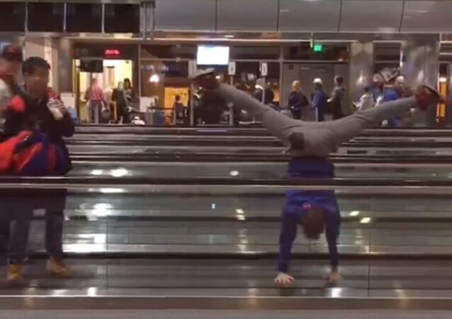 Quand une troupe de ballet est coincée dans un aéroport